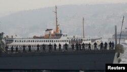 Các thủy thủ Mỹ trên khu trục hạm USS Ross khi họ rời càng ở Istanbul, 13/11/2014.
