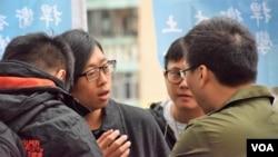 香港民族陣線召集人Louis示威期間被多名警員查問 (美國之音特約記者 湯惠芸拍攝 )