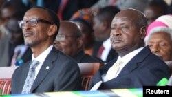 Le président ougandais Yoweri Museveni, à droite, et le président rwandais Paul Kagame à Dar es-Salaam, Tanzanie, 5 novembre 2015.