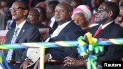 Presiden Rwanda Paul Kagame (kiri) dan Presiden Uganda Yoweri Museveni (tengah) (foto: ilustrasi). Harian Red Peper dituduh menyiarkan laporan palsu bahwa Presiden Uganda Yoweri Museveni berencana menggulingkan Presiden Rwanda Paul Kagame.