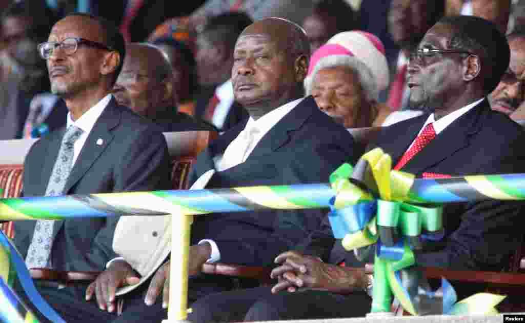 Le président Paul Kagame du Rwanda (G), le président Yoweri Museveni de l'Ouganda (C) et le président du Zimbabwe Robert Mugabe assistent à la cérémonie d'investiture du président élu de la Tanzanie John Magufuli au stade Uhuru, à Dar es-Salaam, le 5 novembre, 2015. REUTERS / Emmanuel Herman.