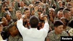 Presiden AS Barack Obama menyalami para anggota militer AS di Fort Campbell, Kentucky (foto: ilustrasi). Menurut data Departemen Pertahanan AS, tahun lalu tercatat hampir 6.000 Muslim yang berdinas militer aktif.