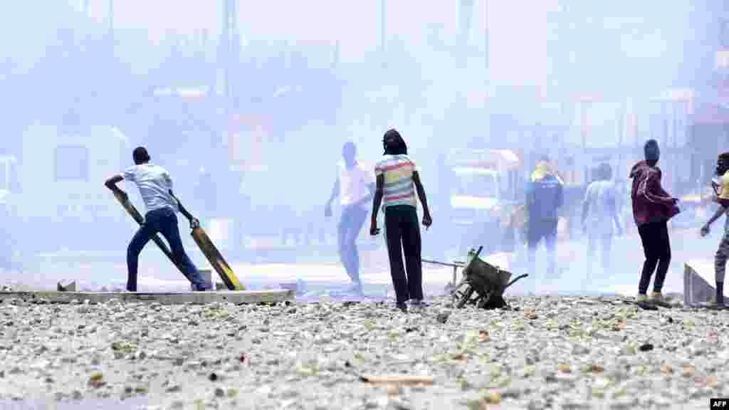 Les forces de l'ordre lancent des gaz lacrymogènes alors que des étudiants s'affrontent avec eux au sénégalaise lors d'une manifestation devant les portes de l'Université Cheikh Anta Diop de Dakar le 16 mai 2018r.
