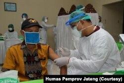 Pemerintah Kabupaten Kudus menggelar vaksinasi bagi Lansia di kawasan Pura Terban, Sabtu, 12 Juni. (Foto: Courtesy/Humas Pemprov Jateng)