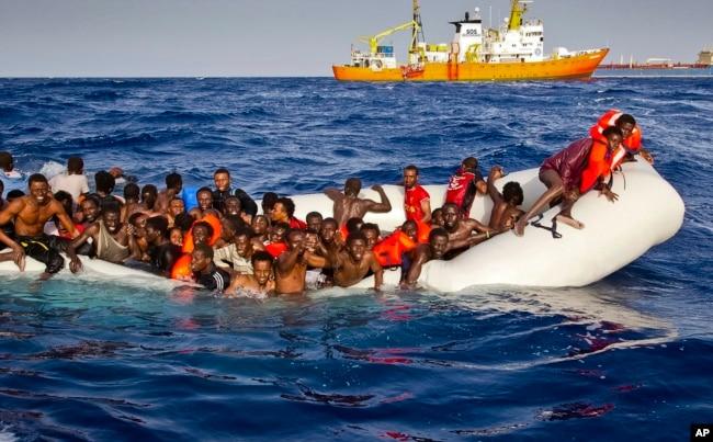 """难民在意大利岛屿兰佩杜萨的海岸线附近向民间人道组织""""地中海救援""""的船只""""水瓶号""""求救(2016年4月17日)。当时跨越地中海进入意大利的难民人数大增加。"""