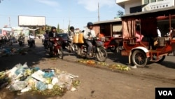 Piles of garbage, mostly plastic bags, are seen here having been left near Derm Kor Market in the morning of July 3, 2015. (Ouch Nida/VOA Khmer)