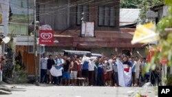 据信被扣为人质的菲律宾居民向军队挥动白布,请求停止战斗。