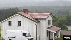 Tempat tinggal dan tanah pertanian milik tersangka Anders Behring Breivik di kota kecil Asta, Norwegia (23/7).