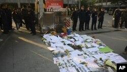 Agentes de segurança chineses em guarda em frente à sede do jornal Southern Weekly, no dia 7 de Janeiro