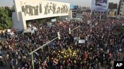지난 12일 이라크 바그다드 타흐리르 광장에 집결한 시아파 민병대와 시위대가 터키 군의 철수를 요구하고 있다.