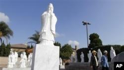 """Pejalan kaki melintasi sebuah daerah tujuan wisata """"Little Saigon"""" di Westminster, California (Foto: dok). Warga keturunan Asia di AS berkembang pesat, terutama di California dan New York."""