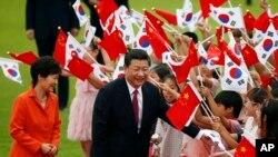 中国国家主席习近平7月3日在首尔总统府青瓦台的欢迎仪式上受到孩子们的欢迎