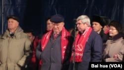 俄共領袖久加諾夫(中)和支持者在2011年莫斯科的十月革命紀念集會上。(美國之音白樺拍攝)