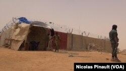 Des militaires montent la garde devant le centre de transition des repentis de Boko Haram, Diffa, Niger, le 17 avril 2017 (VOA/Nicolas Pinault)