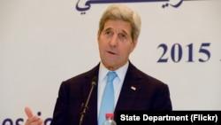 El secretario de Estado de EE.UU., John Kerry, habló con los periodistas durante una conferncia de prensa conjunta con el canciller tunecino, Taieb en Túnez el viernes, 13 de noviembre de 2013.