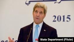 """Davlat kotibi Jon Kerrining aytishicha, Amerika """"arab bahori""""ning beshigi sanalgan Tunis barqaror bo'lishini, muvaffaqiyat qozonishini istaydi. Mintaqaga safar qilayotgan Amerika bosh diplomati Tunisda."""