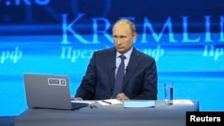 Russian President Vladimir Putin takes part in a live broadcast nationwide phone-in in Moscow, Apr. 25, 2013.