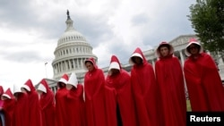Người biểu tình phản dự luật cải tổ hệ thống chăm sóc y tế trước điện Capitol, Washington, ngày 27/6/2017.