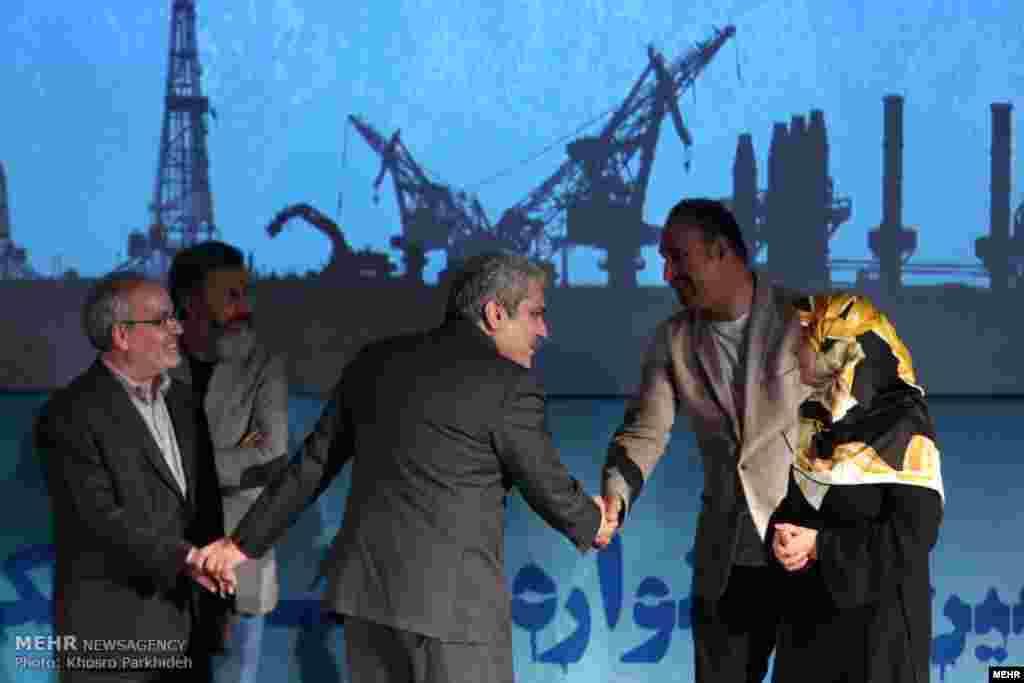 آیین پایانی جشنواره فیلم فناوری در تهران با حضور معاون رئیس جمهوری ایران و تعدادی از هنرمندان.