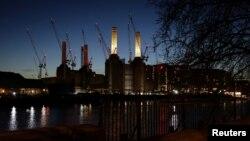 Salah satu pembangkit listrik di tepi sungai Thames di London (foto: ilustrasi). Matinya dua pembangkit listrik sekaligus telah menyebabkan padamnya listrik di Inggris selama beberapa jam, Jumat sore (9/8).
