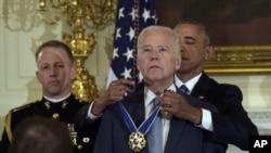 Барак Обама вручає Джозефу Байдену Президентську медаль Свободи