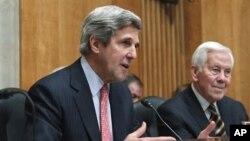 """جان مکین، سناتور جمهوری خواه گفت: """"برای ایالات متحده و افغانستان عملی شدن مکمل این موافقتنامه از جمله توافقات جدید برای همکاری امنیتی بعد از سال 2014 بسیار اساسی و مهم است."""""""