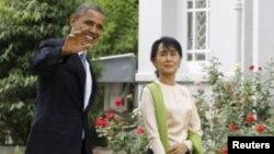 Presiden AS Barack Obama dan pemimpin demokrasi Burma, Aung San Suu Kyi di rumah kediaman Suu Kyi di Rangun, Burma (19/11).