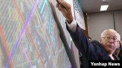 21일 한국 정부세종청사 국토교통부 공용브리핑룸에서 열린 '동남권 신공항 사전타당성 검토 연구 최종보고회'에서 프랑스 파리공항공단엔지니어링(ADPi) 장 마리 슈발리에 수석 엔지니어가 신공항 활주로 규모 등에 대해 설명하고 있다.