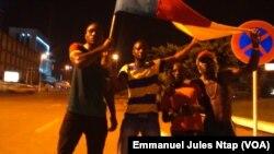 Le drapeau du Cameroun entre les mains d'un supporter de Yaoundé après le sacre des lions indomptables, le 5 février 2017. (VOA/Emmanuel Jules Ntap)