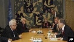 Sekretaris Jenderal PBB Ban Ki-moon (kanan) dalam pertemuan dengan Presiden Palestina Mahmoud Abbas di Markas PBB, New York (28/11). (AP/Frank Franklin II)