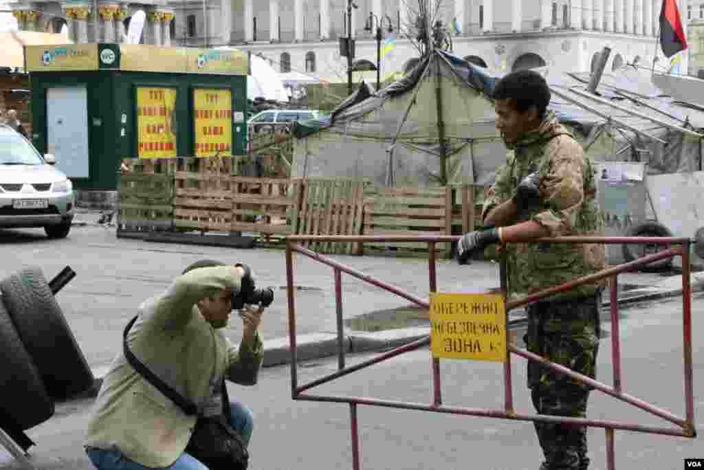 И хотя Саид, как и многие из самообороны Майдана, одет в униформу, в последние месяцы он занят мирным делом – контролирует въезд автомобилей на территорию палаточного лагеря.