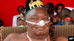 Le roi Agoli Agbo observe le festival du Danhome à Abomey, au Bénin, l'ancienne capitale du royaume du Danhome, l'un des empires commerciaux qui s'étendait sur l'Afrique de l'Ouest avant la conquête coloniale européenne du 19e siècle, samedi 13 décembre 2
