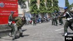 Simulasi penggerebekan kelompok bersenjata oleh polisi militer di Solo. (VOA/Yudha Satriawan)