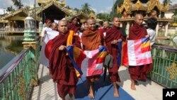 သာသနာ့အလံကို ကိုင္ေဆာင္ၿပီး - ျမန္မာႏုိင္ငံ လာေရာက္မည့္ OIC အဖြဲ႔ကို သံဃာေတာ္ေတြ ဆႏၵျပေနစဥ္။ (၁၂ ႏုိ၀င္ဘာ ၂၀၁၃)
