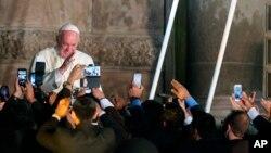 Đức Giáo Hoàng vẫy chào giáo dân tại Quito, Ecuador, ngày 7/7/2015.