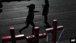 Des femmes placent des croix dans les rues de Mexico pour dénoncer les fémicides lors de la Journée internationale de la femme, le 9 mars 2020. Environ 3.800 femmes sont assassinées chaque année dans le pays (AP/Marco Ugarte)