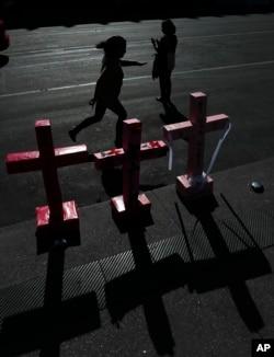 Cruces en la plaza principal de la Ciudad de México, el Zócalo, representan a niñas y mujeres que ya no están por ser víctimas de la violencia de género.
