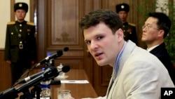 美國學生奧托.瓦姆比爾被北韓關押期間在平壤記者會上露面。瓦姆比爾被北韓關押17個月後被送回美國,6天后去世。