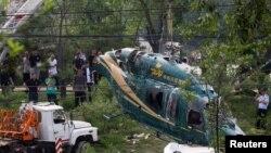 Một cần cẩu đưa trực thăng bị đâm lên ở Bắc Kinh, Trung Quốc, hôm 30/7.