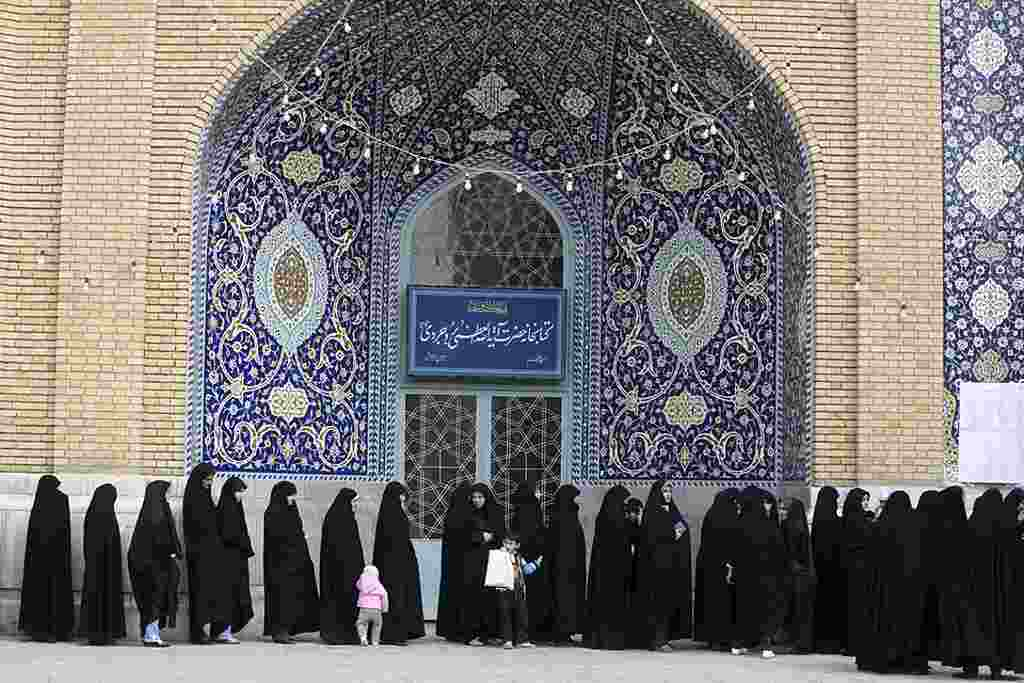 Las mujeres se alinean para votar en el patio de la mezquita de Qom, en Irán.