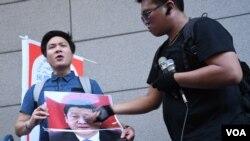 獨派人士塗污中國國家主席習近平的照片。(美國之音湯惠芸拍攝)