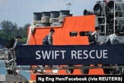 Para tentara Angkatan Laut Singapura menaiki Kapal Swift Rescue di Singapura untuk memulai operasi penyelamatan kapal selam TNI AL, KRI Nanggala-402, Rabu, 21 April 2021. (Foto: Ng Eng Hen/Facebook via Reuters)