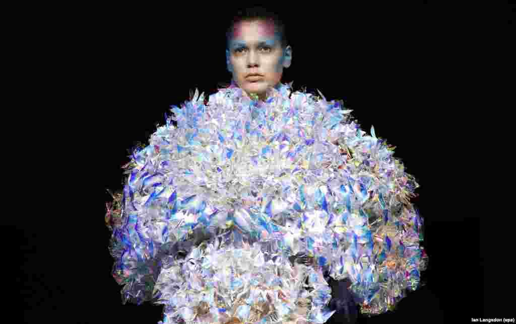 តារាម៉ូដែលបង្ហាញម៉ូដសំលៀកបំពាក់រចនាឡើងដោយអ្នករចនាម៉ូដជនជាតិជប៉ុនលោក Yuima Nakazato អំឡុងពេលពិធីបង្ហាញម៉ូដសម្លៀកបំពាក់រដូវធ្លាក់ស្លឹកឈើ និងរដូវរងាឆ្នាំ ២០១៦/២០១៧ Haute Couture នៅអំឡុងរដូវកាល Paris Fashion Week ប្រទេសបារាំង កាលពីថ្ងៃទី០៣ ខែកក្កដា ឆ្នាំ២០១៦។