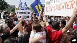 6月26日在华盛顿最高法院外同性婚姻支持者相互拥抱欢庆胜利。