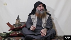 'IS' 수괴 아부 바크르 알바그다디로 알려진 인물이 강론하는 모습. (자료사진- 동영상 캡쳐)
