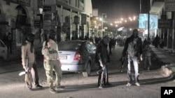 4月4号,叙利亚自由军战士在大马士革一个街区保护反政府抗议者