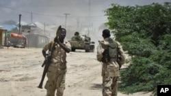 Des soldats du gouvernement somalien en train d'affronter les militants islamistes à Mogadiscio (10 octobre 2011)