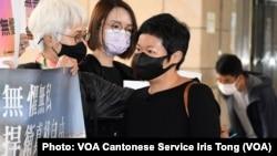 香港電台編導蔡玉玲(右)因報道7-21元朗襲擊事件,被控作出兩項虛假陳述罪, 案件3月24日正式開審,她進入法庭應訊前向支持者致謝 (攝影:美國之音湯惠芸)