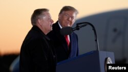 ABŞ prezidenti Donald Tramp və ABŞ senatoru Lindsi Qraham Missipi ştatında respublikaçı senator Sindi Hayd-Smitə dəstək mitinqində, Missisipi ştatı, Tupelo şəhəri, 26 noyabr, 2018.