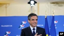 François Fillon la main sur le cœur après son discours prononcé le 27 novembre 2016 à Paris, en France.